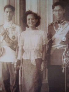 450px-Princess_Sri_Sangwal_with_King_Ananda_Mahidol_and_Prince_Bhumibol_Adulyadej