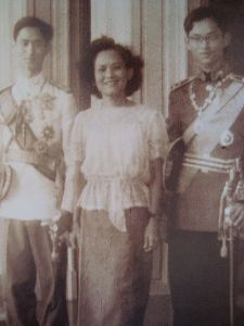450px-Princess_Sri_Sangwal_with_King_Ananda_Mahidol_and_Prince_Bhumibol_Adulyadej